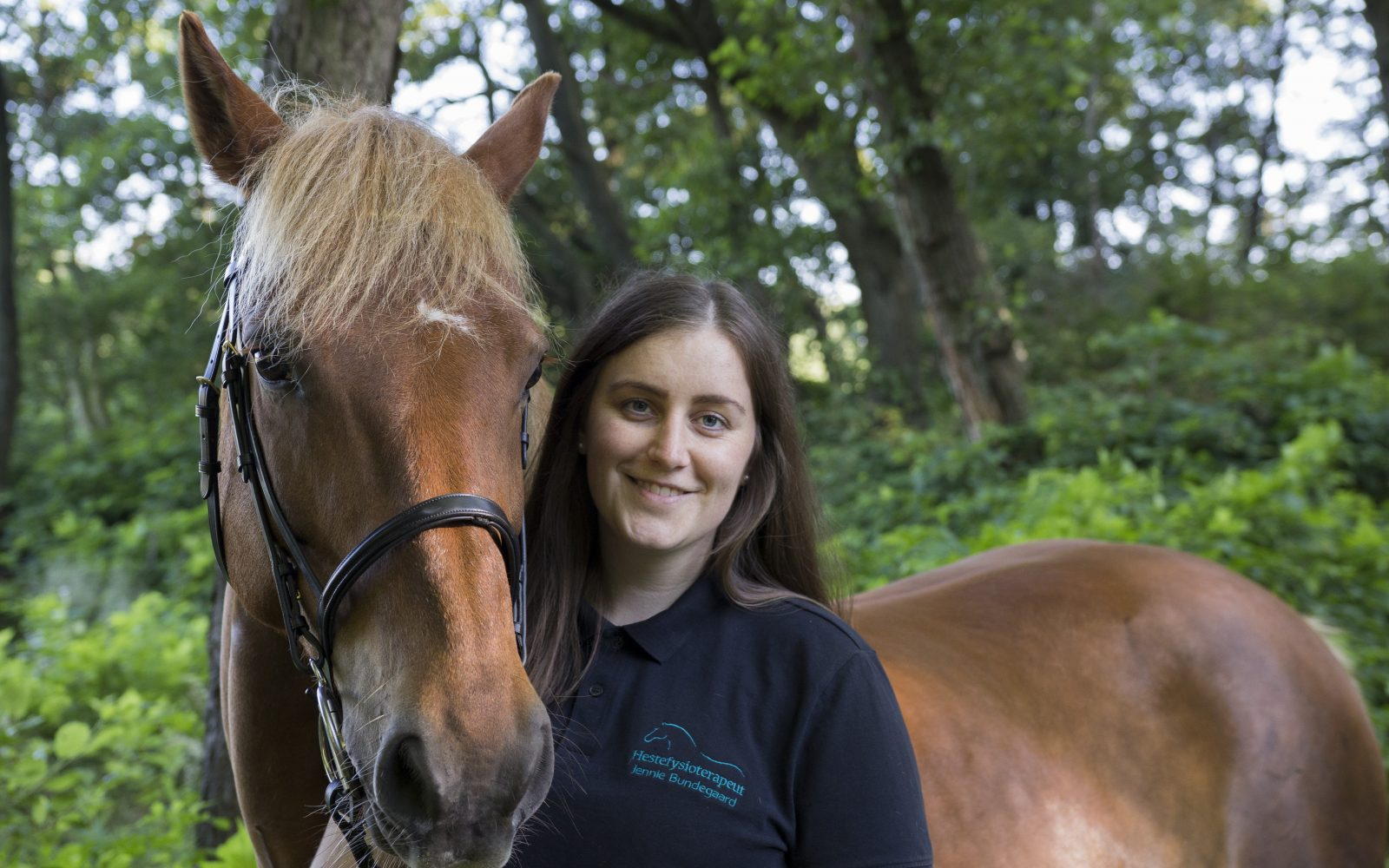 Hestefysioterapeut Jennie Bundegaard med sin hest Tufej